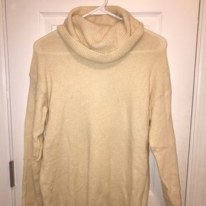 CREAM TURTLE NECK LIGHTWEIGHT SWEATER!